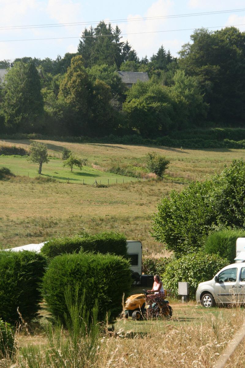 De camping en het gras maaien