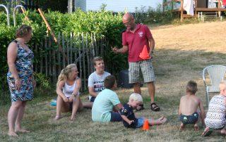 Een gezamenlijk spel met de campinggasten